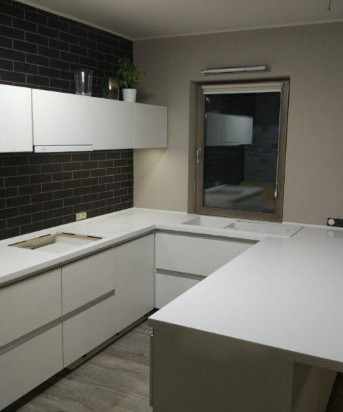 Белая П-образная столешница для кухни